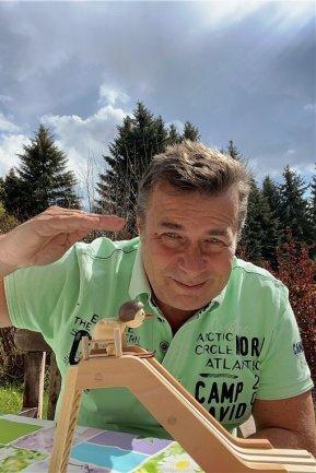 """<p>Thomas Prenzel: Der Sportredakteur ist in Sebnitz in der Sächsischen Schweiz aufgewachsen, betrieb im Alter von 13 bis 19 Jahren an der Sportschule Klingenthal die Nordische Kombination. Aus diesem Grund berichtet der heute 52-Jährige seit knapp 30 Jahren in der """"Freien Presse"""" auch über Nordischen Skisport. Nach dem Abi absolvierte er bei der Sporttageszeitung """"Deutsches Sportecho"""" in Berlin ein Volontariat, studierte danach in Leipzig Journalistik.</p>"""