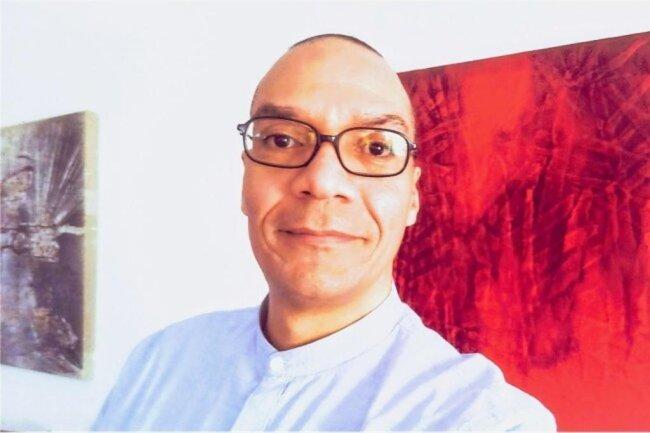 """<p>Maurice Querner arbeitet nach einem Jurastudium und kurzer Tätigkeit in der Rechtsabteilung eines Chemnitzer Unternehmens seit 1990 für die """"Freie Presse"""" als Redakteur. Seit mehr als zehn Jahren informiert er über Veranstaltungen aller Art, rezensiert Theater-Aufführungen, kümmert sich um Film &amp; Fernsehen und kritisiert oder lobt den """"Tatort"""" im Ersten.</p>"""