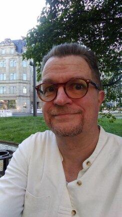 """<p>Torsten Kohlschein, Jahrgang 1967, aufgewachsen an der Niederelbe, ab 1986 verlagskaufmännische Lehre in Hamburg ab 1989 ebendort Studium der Slawistik und Geschichte. 1992 erste Kontakte zur """"Freien Presse"""", seit 1998 Lokalredakteur, ab 2000 in Zwickau, seit 2016 im Ressort Kultur. Hobbys: Musikhören, Lesen, Kochen, Radfahren, Gitarre spielen, Garten.</p>"""