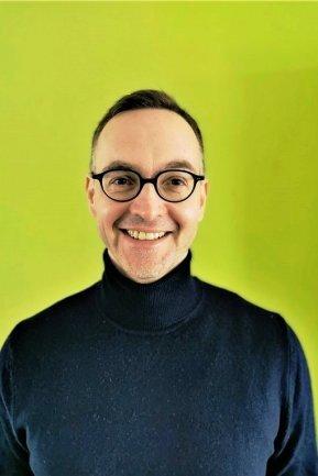 """<p>Ronny Strobel ist Conversion Manager im Ressort Digitales. Er wurde 1974 in Karl-Marx-Stadt geboren, Studium der Journalistik und Soziologie an der Universität Leipzig, Abschluss als Diplom-Journalist mit einer Arbeit über Infografiken in regionalen Tageszeitungen. Seit 1992 als freier Mitarbeiter, seit 2000 als Redakteur bei der """"Freien Presse"""", zunächst in Aue, seit 2007 Onliner in Chemnitz.</p>"""