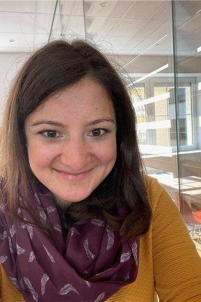 <p>Anne Schwesinger, Onlineredakteurin, wurde 1990 in Karl-Marx-Stadt geboren. Als Schülerin und Studentin in Lateinamerika und Spanien unterwegs. Zum Masterstudium der Medienkommunikation Rückkehr nach Chemnitz und Einstieg als studentische Mitarbeiterin in die Onlineredaktion. Nach dem Volontariat und einer Station im Erzgebirge arbeitet sie nun im neuen Newsroom.</p>