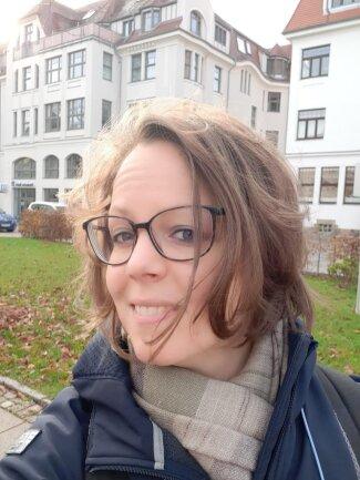 <p>Elsa Middeke, geboren 1982 in Oldenburg, ist nicht nur Online-Redakteurin, sondern auch Diplom-Kulturwissenschaftlerin. Kreative, multimediale Aufgaben waren ihr schon als Lokalredakteurin in Plauen am liebsten, bevor sie Teil des Teams für Digitales wurde. Ein Leben ohne Bücher, Fahrradfahren, Yoga, Katze, Kaffee und Schokolade hält sie zwar für möglich, aber auch für sinnfrei.</p>