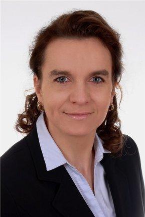 <p>Kathrin Matthes ist seit 2020 Teil der Mediengruppe. Als Geschäftsführerin der Centrale Medien Dienste GmbH kümmert sie sich um das Finanz- und Rechnungswesen, das Personalwesen sowie die Zentrale Verwaltung. Die gebürtige Sächsin sammelte bereits umfangreiche Erfahrungen in internationalen Unternehmen im In- und Ausland und steuert nun alle kaufmännischen und administrativen Vorgänge der Mediengruppe.</p>