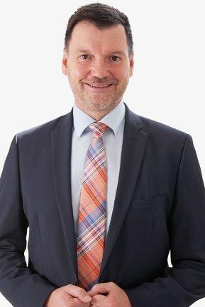 <p>Lutz Wienhold führt als Verlagsleiter des Anzeigenblatts BLICK sein engagiertes Team zu immer neuen Erfolgen und stellt sich täglich den Herausforderungen eines Marktes, der ständig in Bewegung ist. Spaß bereitet ihm dabei vor allem der Kontakt zu seinen Mitarbeitern und Kunden. Bekannt ist Lutz Wienhold vielen in der Region sicher auch aus seiner früheren Karriere: da war er erfolgreicher Profifußballer beim FC Karl-Marx-Stadt/Chemnitzer FC.</p>