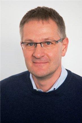 """<p>Udo Lindner blickt in diesen Tagen auf 30 spannende Berufsjahre bei der """"Freien Presse"""" zurück. Er leitete mehrere Lokalredaktionen und gehört seit 2005 der Chefredaktion an. Seit 2014 ist er zudem als journalistischer Geschäftsführer für die mit der """"Sächsischen Zeitung"""" gegründete Serviceredaktion Nutzwerk verantwortlich. Ehrenamtlich engagiert er sich als Vorsitzender des Vereins """"Leser helfen"""". Und er hat als Chemnitzer großes Interesse an der Historie seiner Stadt. Bester Beleg dafür ist sein Erfolgsbuch """"Chemnitz – Karl-Marx-Stadt und zurück"""".</p>"""