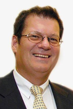 """<p>Wilfried Hub leitet seit November 2018 als Chefredakteur die Redaktion des Vogtland-Anzeigers in Plauen. Hub, der bereits 1978 bei der Rheinpfalz mit dem Journalismus begann, war in mehreren Medienunternehmen in Führungspositionen engagiert. Darunter bei der Braunschweiger Zeitung und bei der Nachrichtenagentur ddp. Er kam 1991 zur """"Freien Presse"""" und war unter anderem Ende der 1990er-Jahre für kurze Zeit als Chefredakteur tätig.</p>"""