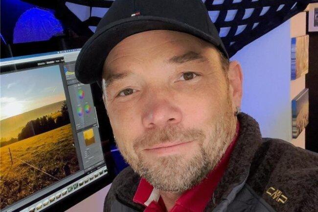 """<p>Ronny Küttner fotografiert schon seit seinem 14. Lebensjahr mit großer Leidenschaft. Im Jahr 2017 hat er dann sein Hobby zum Beruf gemacht. Ronny Küttner – mit einer Base-Cap als Erkennungszeichen – hat sich auf Hochzeiten und Firmenporträts spezialisiert, arbeitet aber auch im Auftrag der """"Freien Presse"""". Küttner liebt es, in seinem Beruf neue Techniken auszuprobieren.</p>"""