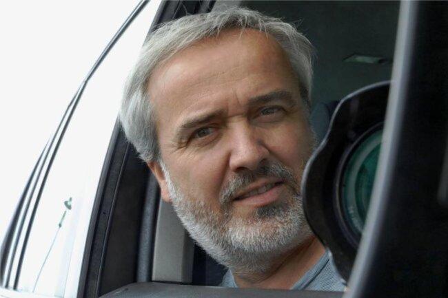 """<p>Andreas Kretschel wurde 1968 geboren und wohnt seit 29 Jahren in Hohenstein-Ernstthal. Zum Fotografieren ist er durch einen Onkel gekommen, der ebenfalls Fotograf war. 1990 begann er als Fotograf bei der """"Freien Presse"""" in der Lokalredaktion Hohenstein-Ernstthal. Er machte sein Hobby zum Beruf. Seit 1991 bietet er als selbstständiger Fotograf seine Fotos der Zeitung an.</p>"""