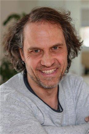 """<p>Toni Söll ist 1977 in Karl-Marx-Stadt geboren worden. Nach acht Jahren bei der Bundeswehr absolvierte er eine Ausbildung zum Mediengestalter für Bild und Ton in Leipzig. Nach einer mehrmonatigen Zwischenstation in London 2010 machte er sich als Fotograf selbstständig. Bereits seit 2008 war er als freier Fotograf für die """"Freie Presse"""" in Flöha im Einsatz. Seit 2013 arbeitet er hauptsächlich in der Region Chemnitz.</p>"""