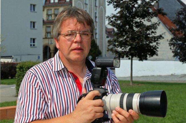 """<p>Thomas Michel wurde 1967 in Werdau geboren und begann noch während der Schulzeit in der damaligen Jugendredaktion der """"Freien Presse"""". Nach dem Abitur arbeitete er als Redakteur einer Betriebszeitung, 1988 begann er ein Journalistikstudium. 1990 arbeitete er bei der """"Freien Presse"""" in Plauen, im Juni 1991 begann seine freiberufliche Tätigkeit. Seit 2008 fotografiert er für die """"Freie Presse"""" in Werdau.</p>"""