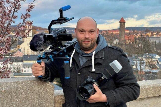 <p>David Rötzschke, 36, ist Fotograf und Kameramann sowie Blaulichtreporter für Auerbach und das Vogtland. Seit 2017 fotografiert er für die Lokalredaktion Auerbach. Er ist in Rodewisch geboren, gelernter Koch, IT-Systemelektroniker und Grafiker. Er ist immer auf der Suche nach Action und spannenden Themen. Seine treuesten Begleiter sind neben seinem Hund die Kamera und eine Foto-Drohne.</p>