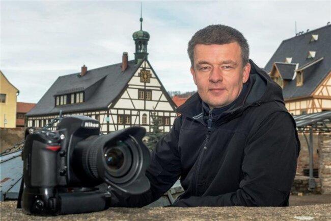 <p>Kristian Hahn, Jahrgang 1973, ist selbstständiger Meister des Fotografenhandwerks und als freier Fotograf, zumeist für die Lokalredaktion Marienberg im Einsatz. Der 47-jährige hat sein Hobby zum Beruf gemacht, weshalb er auch in der Freizeit meist eine Kamera griffbereit hat. Ehrenamtlich engagiert sich der Olbernhauer seit Jahren unter anderem als Stadtrat und im Wirtschaftsverein seiner Heimatstadt.</p>