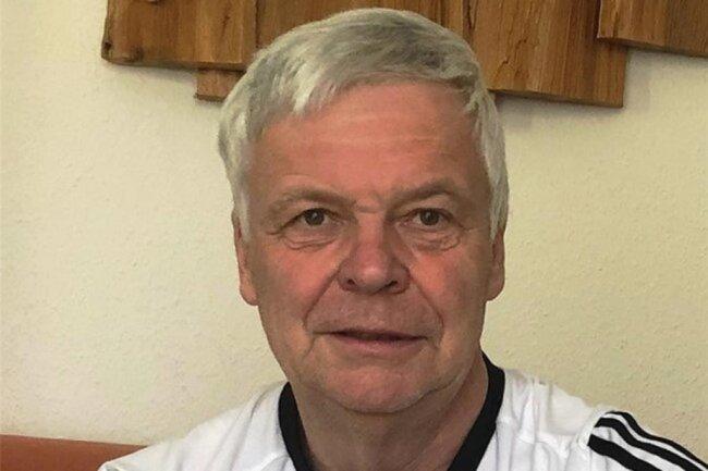 """<p>Joachim Thoß wurde 1955 in Falkenstein geboren und wohnt heute in Ellefeld. Der 65-Jährige hat im VEB Kindernahrung Ellefeld Industriekaufmann gelernt und begann 1978 als Volkskorrespondent bei der """"Freien Presse"""" in der Lokalredaktion Auerbach. Seit August 1991 arbeitet er im Vogtland als freischaffender Bildreporter.</p>"""