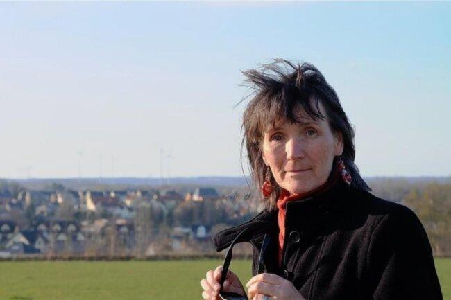 """<p>Cristina Zehrfeld wurde in Stollberg geboren, aufgewachsen ist sie in Oelsnitz/Erzgebirge. Ihr Abitur machte sie in Plauen, danach Ökonomiestudium in Reichenbach. In den 1990ern war sie Finanzchefin und Prokuristin einer Wohnungsbaugesellschaft, seit 2000 ist sie freie Mitarbeiterin der """"Freien Presse"""" und seit 2002 freiberufliche Autorin und Fotografin.</p>"""