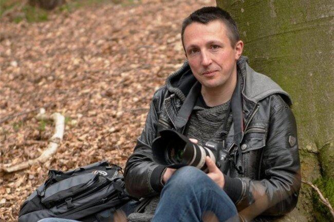 <p>Markus Pfeifer, geboren 1979, fotografierte 2005 zum ersten Mal für den Lokalteil, nachdem er bereits seit 1998 Artikel schrieb. Während seines Studiums wurde er freier Mitarbeiter der Redaktion Hohenstein-Ernstthal. Ein Themenschwerpunkt des Oberlungwitzers sind Fotos und Texte zu Naturthemen, die ihn auch in seiner Freizeit interessieren.</p>