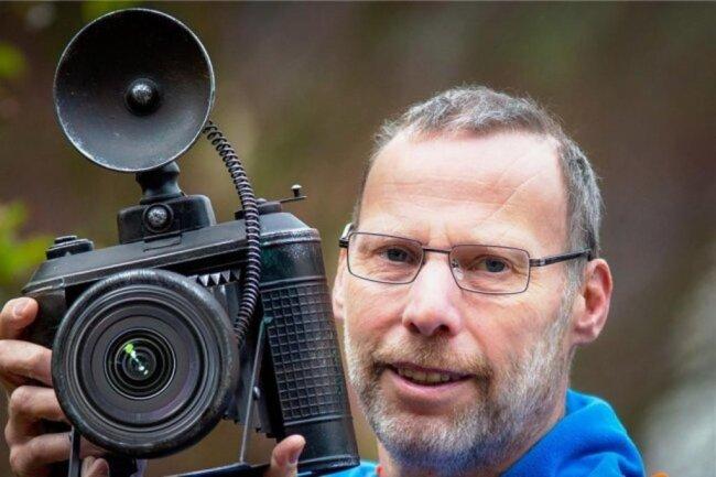"""<p>Hendrik Jattke wurde in Zwickau geboren. Schon in der Schulzeit in einer Foto-AG hatte er erste Begegnungen mit der Fotografie. Er machte eine Fotografenlehre in einem Chemnitzer Fotostudio. 1994 wechselte er aus dem Studio zur Reportagefotografie. Seit dieser Zeit ist Jattke für verschiedene Lokalredaktionen der """"Freien Presse"""" unterwegs.</p>"""
