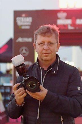<p>Ralph Wendland beschäftigt sich nunmehr seit 40 Jahren mit Fotografie – immer unterwegs, um die besten Motive einzufangen. Früher mit analoger Technik und heute digital – früher beim Entwickeln im eigenen Labor und heute beim Auswerten am Computer. Eine besondere Leidenschaft hat er für Sportfotografie und Luftbildaufnahmen.</p>