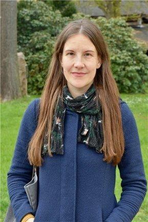 <p>Steffi Hofmann, geboren 1983, ist seit zehn Jahren freie Mitarbeiterin in der Lokalredaktion Chemnitz. Seither fotografiert und schreibt sie über eine große Vielfalt an Themen. Ob Kultur, Soziales oder Stadtpolitik – die bunte Mischung von Menschen, mit denen sie bei ihrer Arbeit ins Gespräch kommt, findet sie immer wieder spannend und bereichernd.</p>