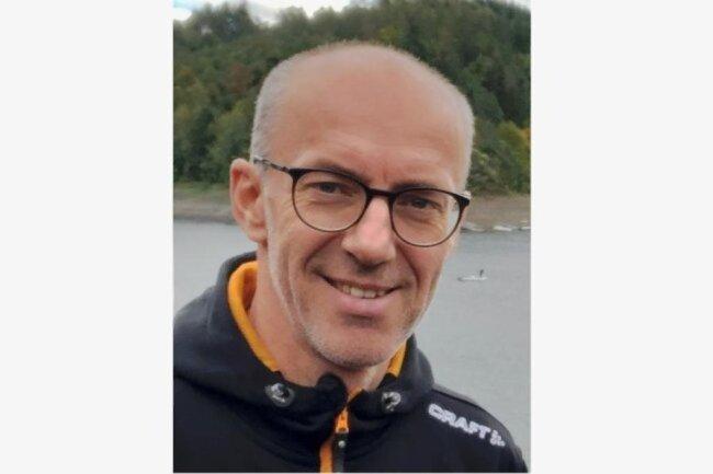 <p>Monty Gräßler (48) hat sein Hobby zum Beruf gemacht. Als Neuntklässler schrieb er seine ersten Sportartikel für die Heimatredaktion in Schwarzenberg, heute führt er das Punktwerk-Team für Westsachsen und das Vogtland an. Auch in seiner Freizeit steht Sport an erster Stelle. Dem begeisterten Hobby-Skilangläufer haben es vor allem die langen Kanten angetan.</p>