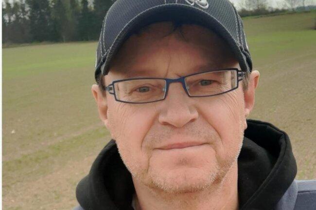 """<p>Thomas Gräf wurde 1965 geboren und wohnt seitdem in Oelsnitz/Vogtland Er verfasste 1987 seine ersten Sportberichte als freier Mitarbeiter. Nach der Ausbildung bei der """"Freien Presse"""" zwischen 1993 und 1995 ist er bis heute freischaffender Redaktionsmitarbeiter, seit 2019 zudem Sportredakteur bei """"Punktwerk"""". Der Fußballfan gab in seiner Freizeit drei Bücher heraus.</p>"""