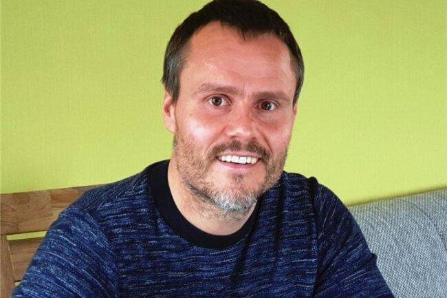 """<p>Andreas Bauer legte sein Abitur in Zschopau ab und arbeitet dort auch heute noch. Zwischenzeitlich verschlug es ihn nach Kalifornien, wo er insgesamt drei Jahre an einer High School und an einem College verbrachte. Danach studierte er Medienkommunikation an der TU Chemnitz. Inzwischen arbeitet er für die """"Punktwerker"""" und berichtet aus dem Erzgebirge.</p>"""