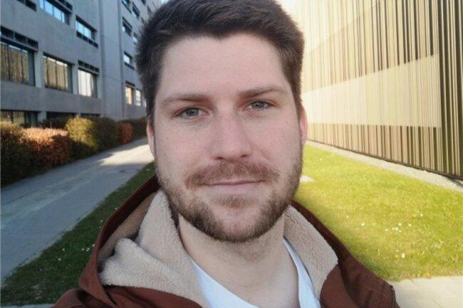 """<p>Eric Baumann wurde 1995 an der Ostseeküste in Wismar geboren. Nach Abschluss des Abiturs zog es ihn zum Medienkommunikations-Studium nach Chemnitz. Nach einem Praktikum in der Lokalsportredaktion der """"Freien Presse"""", wurde er Anfang 2019 übernommen und ist seitdem journalistischer Mitarbeiter bei """"Punktwerk"""".</p>"""