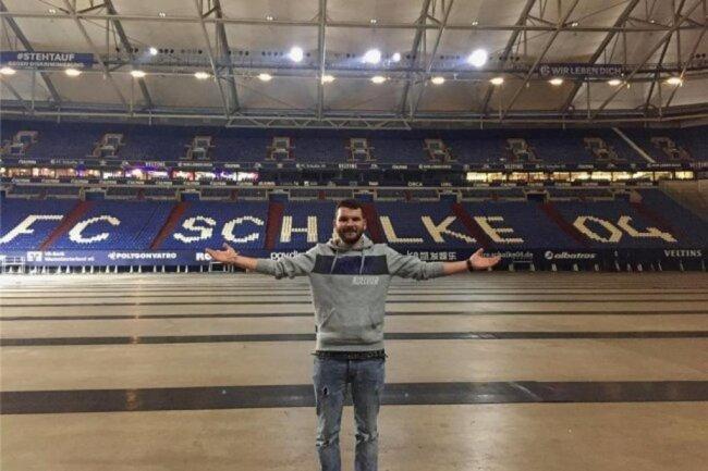 """<p>Clemens Zierold wurde 1992 in Plauen geboren und blieb bis auf einen einjährigen Ausflug nach Jena zum angefangenen Sportwissenschafts-Studium in seiner Heimatstadt. Nach dem Volontariat beim """"Vogtland-Anzeiger"""" arbeitete er dort zwischenzeitlich als Mediendesigner, ehe er als journalistischer Mitarbeiter zur Sportredaktion der """"Freien Presse"""" stieß. Er spielt Fußball für den SC Syrau in der Vogtlandliga.</p>"""