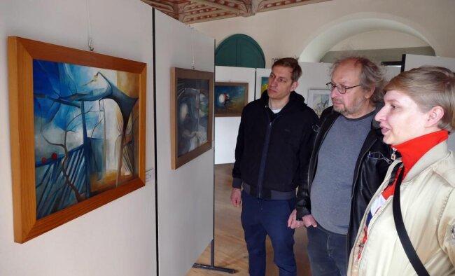"""<p>Vorab warfen Robert, Matthias und Johanna Zwarg schon mal einen Blick auf die Ausstellung """"Circle Game"""" im Schloss Wildeck, in der unter anderem das Motiv des Apfelbaums mehrfach auftaucht.</p>"""