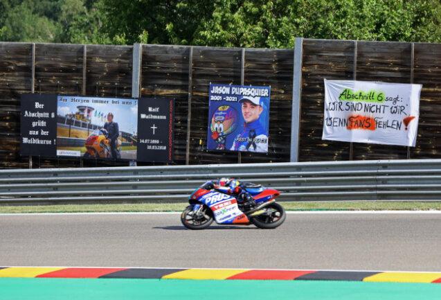 <p>Plakat mit Foto von Jason Dupasquier in der Waldmannkurve. Prüstel GP geht mit Ryusei Yamanaka an den Start.</p>
