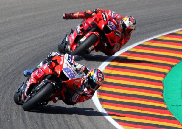 <p>Jorge Martin (vorn) und dahinter Jack Miller der das Motorrad gerade noch abfangen kann.</p>