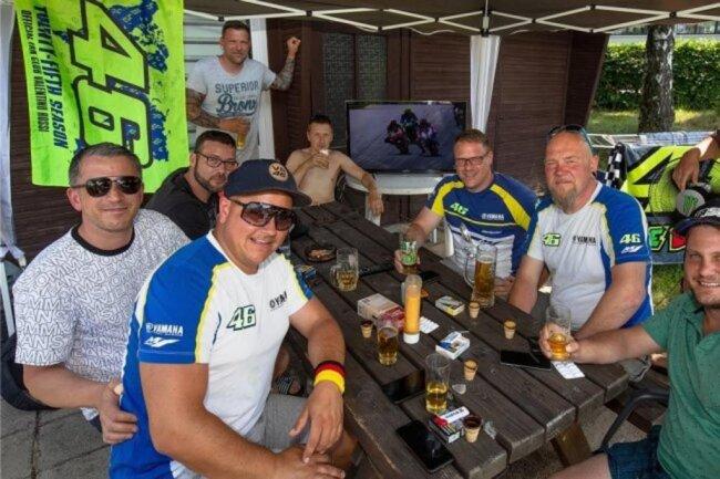 Neun Männer aus dem thüringischen Altenburg haben das Sachsenring-Wochenende am Stausee Oberwald verbracht - mit einem Fernseher, Fleisch vom Grill, Fassbier, Eierlikör und Ibuprofen-Tabletten gegen die Kopfschmerzen. Fast alle sind Fans von Valentino Rossi.
