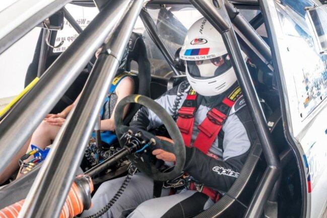 <p>Startklar: Jan Wätzig in voller Rennmontur am Steuer seines BMW-V8-Rennwagens.</p>
