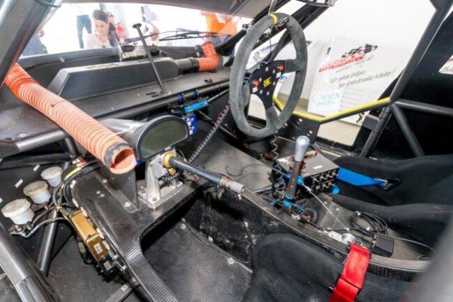<p>Blick in den Innenraum des BMW-V8-Rennwagens.</p>