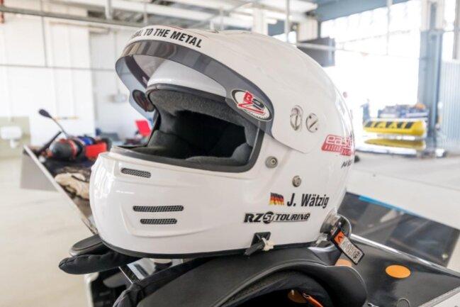 <p>Vor der ersten Ausfahrt aus der Box liegt der Helm von Jan Wätzig auf dem Heckspoiler des BMW-V8-Rennwagens.</p>