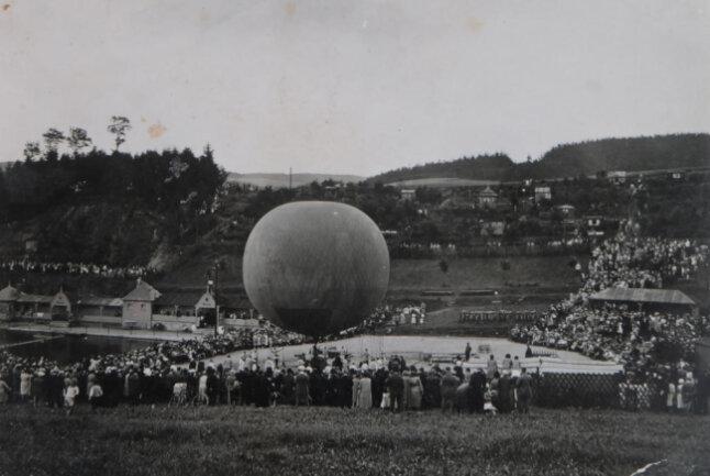 """<p>Am 17. Juni 1932 ist im Gornsdorfer Naturbad der Heißluftballon """"Schwarzenberg"""" aufgestiegen.</p>"""