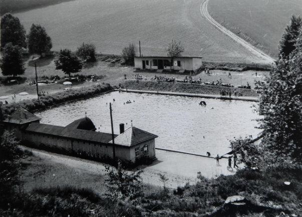 <p>Das Schwimmerbecken war ursprünglich 33 mal 48 Meter groß. 1978 wurde es auf wettkampftaugliche 50 Meter verlängert.</p>