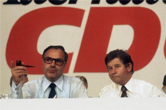 <p>1976: Der Parteichef Helmut Kohl und sein Generalsekretär einträchtig auf einer Parteiveranstaltung in Bonn: Ein Jahr später war das Verhältnis der beiden zerrüttet. Kohl misstraute Biedenkopf, dem eigene Kanzlerambitionen nachgesagt wurden, zusehends.</p>