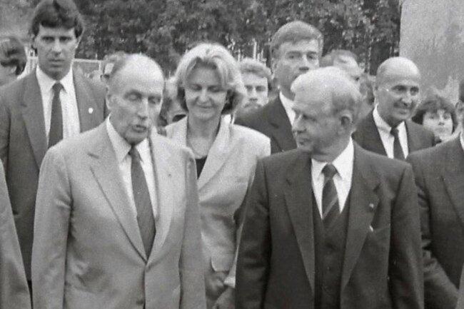 1991Biedenkopf begleitet den französischen Staatspräsidenten Francois Mitterrand beim Rundgang im sächsischen Alcatel-Werk in Rochlitz. Der deutsche Elektronikkonzern war Ende der 80er-Jahre an ein französisches Unternehmen verkauft worden.