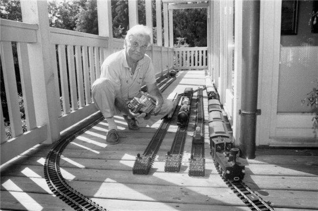 1992: Hohe Politik, Vorträge und Bücher schreiben bestimmten Kurt Biedenkopf Leben. Auf der Terrasse seines Ferienhauses am Chiemsee in Bayern konnte er auch entspannt seinem Hobby frönen: Basteln an der Modelleisenbahn.