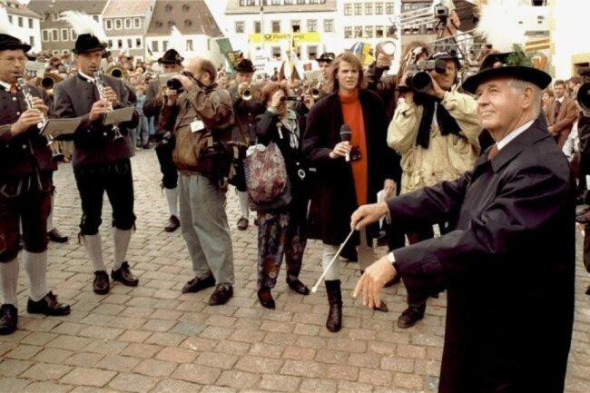 """1992: Beim ersten """"Tag der Sachsen"""" in Freiberg zeigte sich Landesvater Biedenkopf mal nicht als politischer, sondern als musikalischer Dirigent. Dem Spielmannszug aus Dillingen an der Donau gab er offenbar den richtigen Ton an."""