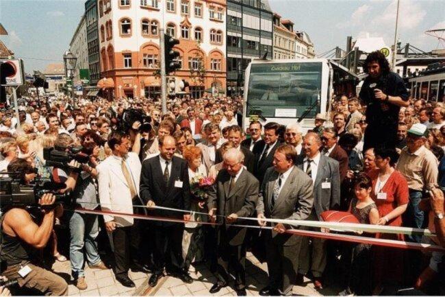 1999: Mit einem symbolischen Schnitt läutete Biedenkopf (Bildmitte) in Zwickau ein neues Zeitalter im Personennahverkehr ein. Erstmals fuhr eine Regionalbahn direkt bis ins Zentrum einer sächsischen Großstadt.
