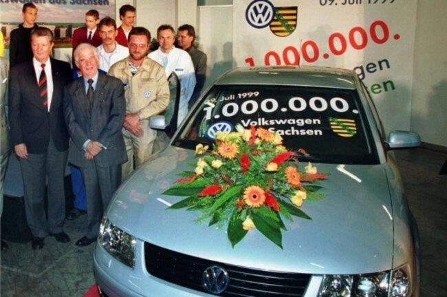 1999: Der einmillionste in Sachsen gefertigte Volkswagen, ein VW Passat, läuft am 9. Juli im VW-Werk Zwickau-Mosel vom Band. Ministerpräsident Biedenkopf durfte da unter den Gästen der Jubiläumsfeier nicht fehlen.