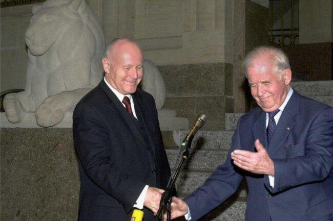 2002: Schwerer Schritt, Biedenkopf übergibt in der Staatskanzlei das Amt des Ministerpräsidenten an seinen von ihm ungeliebten Nachfolger Georg Milbradt. Der Landtag hatte zuvor Milbradt zum neuen Regierungschef gewählt.