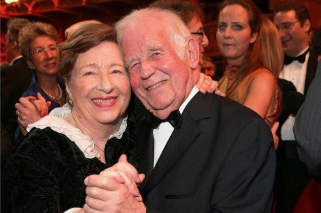 """2016: Eine flotte Sohle aufs Parkett legte Biedenkopf mit seiner Frau Ingrid beim Semper-Opernball hin. Während seiner Zeit als Regierungschef hatte Ingrid großen Einfluss auf die Geschicke des Freistaates. """"Wir sind Ministerpräsident"""", hieß es dann immer."""