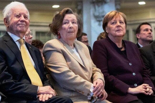 2020: Kurt Biedenkopf, seine Ehefrau Ingrid und Bundeskanzlerin Angela Merkel sitzen vor Beginn der Festveranstaltung zum 90. Geburtstag von Biedenkopf in der Frauenkirche in der ersten Reihe.