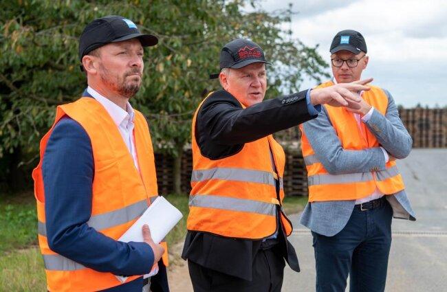 <p>Marco Wanderwitz, Werkleiter Detlef Eydam und Dr. Matthias Frederichs beim Rundgang (v.li.) .</p>
