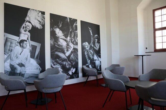 """<p><span new="""""""" roman="""""""" style=""""font-size:12.0pt;line-height:107%; font-family:"""" times="""""""">Das Foyer zieren großformatige Fotos von Theaterinszenierungen. </span></p>"""