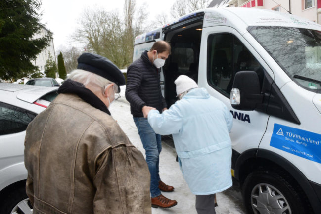 <p>Während der Corona-Pandemie brachte Jesko Vogel ältere Bürger mit einem Bus ins Impfzentrum.</p>
