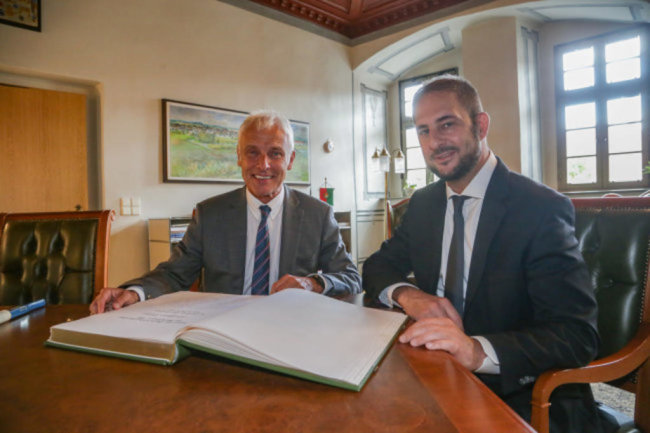 """<p><span class=""""img-info"""">Matthias Müller (links), ehemaliger Vorstandsvorsitzender der Volkswagen AG, trägt sich ins Ehrenbuch von Limbach-Oberfrohna ein. Er wurde von Oberbürgermeister Jesko Vogel eingeladen. </span></p>"""