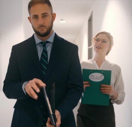 """<p><span class=""""img-info"""">In einem Imagefilm für die Stadt spielte Jesko Vogel sich selbst. Dass der Oberbürgermeister gelangweilt wirkt, könnte daran liegen, dass seine wortgewaltige Sekretärin (verkörpert von Cordula Hanns) ihn kaum zu Wort kommen lässt.</span></p>"""